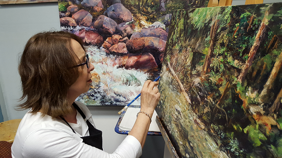 Dixie Orriss Painting an acrylic Landscape